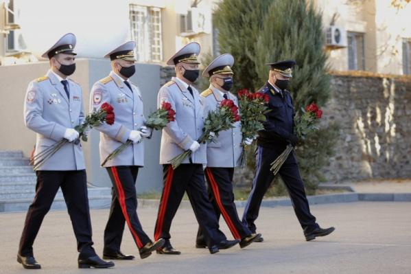 К памятнику погибшим сотрудникам возложили живые цветы