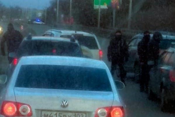 Силовики в масках перекрыли дорогу