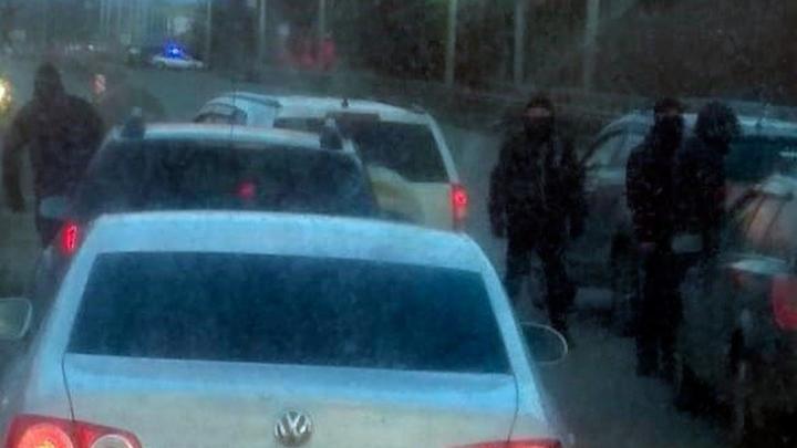 В Уфе на трассе обстреляли иномарку, очевидцы сняли видео