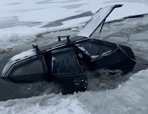Под Волгоградом под лед провалилась отечественная легковушка