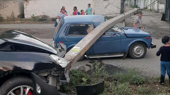 В Челябинске Porsche Cayenne врезался в столб, который из-за удара упал на «Ниву». Есть пострадавший