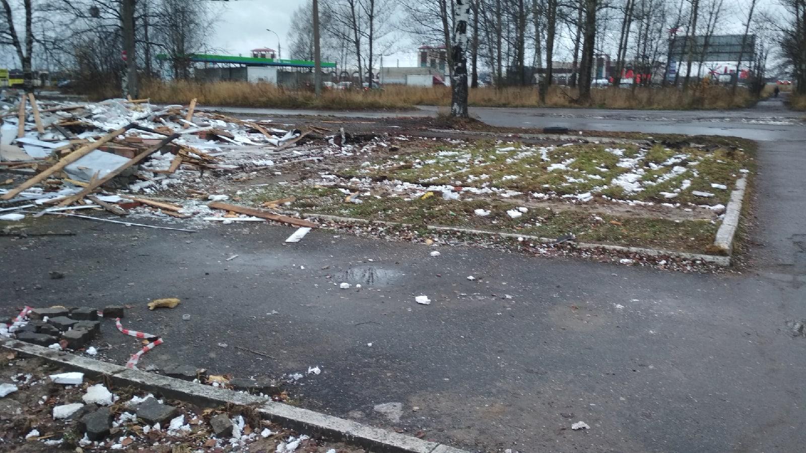 Жители жалуются на мусор, оставшийся после сноса строения