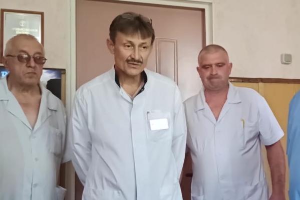 По словам заведующего хирургическим отделением Георгия Медведева, конфликт начался после появления нового главврача