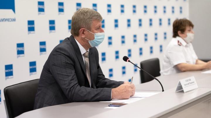 «Вы полчаса в маске походить не можете, а медики в них сутками работают»: о чем говорили на брифинге о коронавирусе