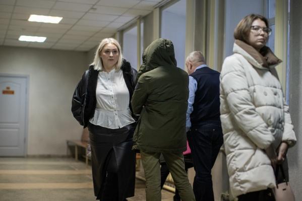 Светлана Брагина (слева) защищает бывшего сотрудника патрульно-постовой службы полиции Вадима Мустафина