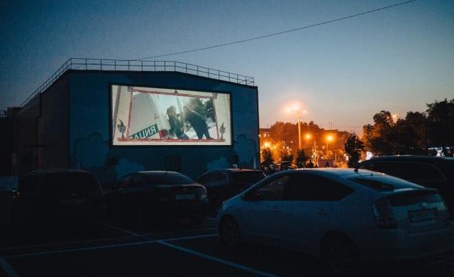 В Красноярске начинает работу автокинотеатр: ожидают очередей