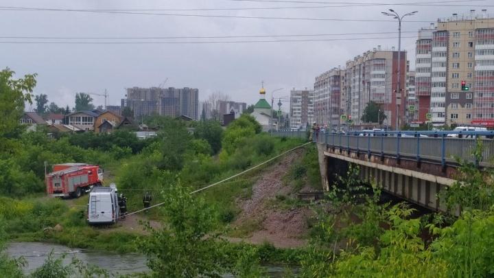 Из-за подозрительного пакета к мосту через Базаиху съехались экстренные службы: движение затруднено