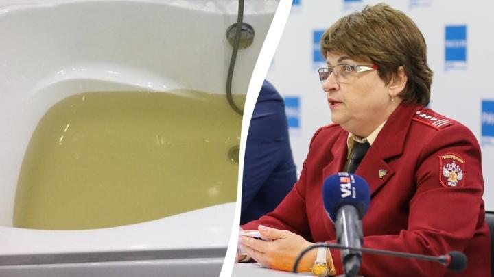 «Не хотим нагнетать реагентов»: глава Роспотребнадзора не видит проблемы в желтой воде из кранов в Волгограде