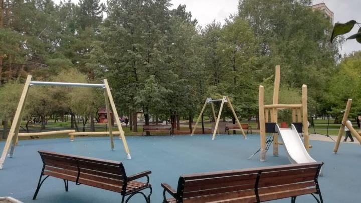В Нарымском сквере сделали новую детскую площадку — показываем 7 снимков с места развлечений