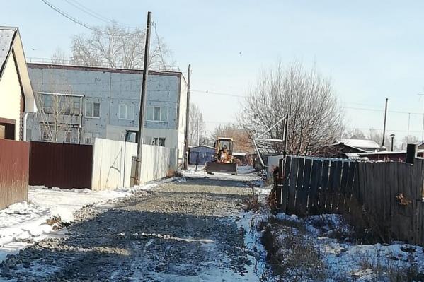 Надежда Чекмарёва работает дворником в поселковой школе
