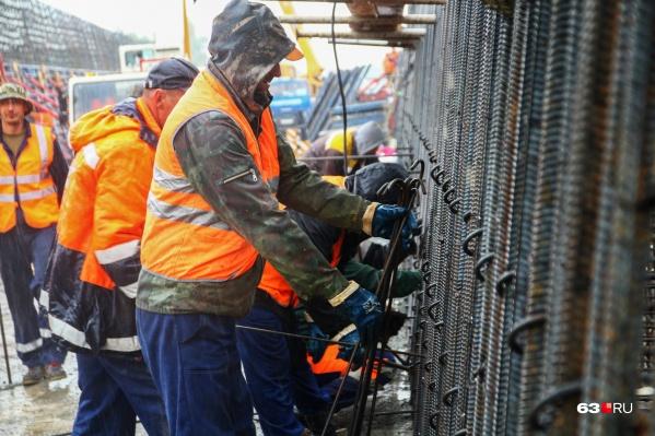 Рабочие трудятся над Фрунзенским мостом — 2