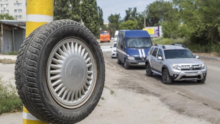 «Уже во двор выйти боимся»: в Волгограде внутриквартальный проезд превратили в дорогу к гипермаркету