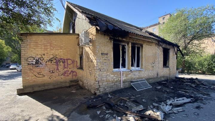 «Всё время что-то взрывалось»: в Волгограде на улице Мира рядом с СК загорелось здание