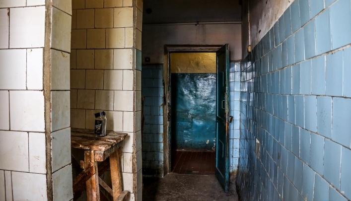 Нижегородцы, которые живут в опасном бараке, получили еще один унитаз вместо расселения