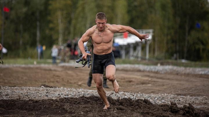 12 фото с военного конкурса в Кольцово: были испытания и для полуобнажённых бойцов