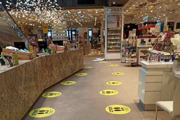 Чтобы покупатели не толпились у касс, магазины в Екатеринбурге наносят на полу разметку