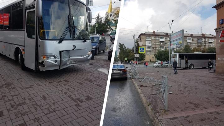 Автобус сбил забор и вылетел на тротуар в центре Новосибирска