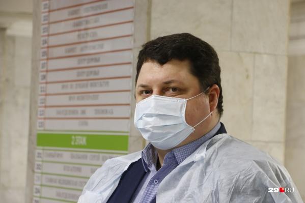 Антон Карпунов сказал, что с начала пандемии не было такой ситуации, когда в больнице региона не хватало кадров и это влияло бы на качество оказания медпомощи заболевшим коронавирусом
