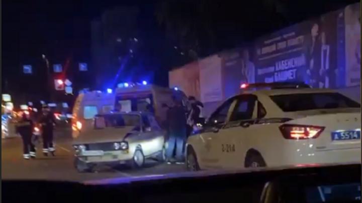 На Московской столкнулись два ВАЗа, одну из машин выбросило на встречную полосу