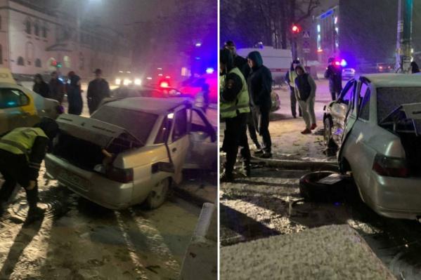 Пытаясь уйти от патрульных, автомобиль проскочил на красный и врезался в такси