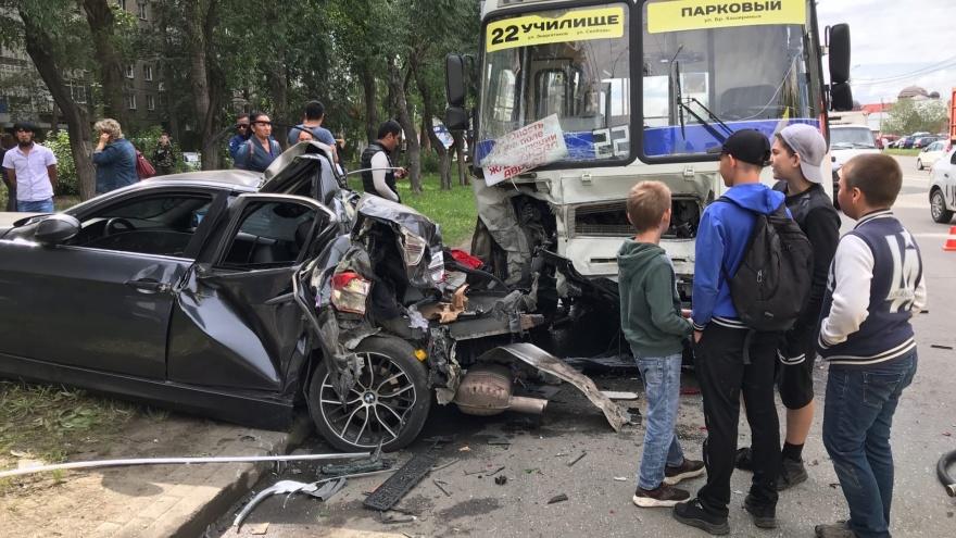 На Северо-Западе Челябинска BMW протаранил маршрутку, есть раненые. Онлайн-репортаж