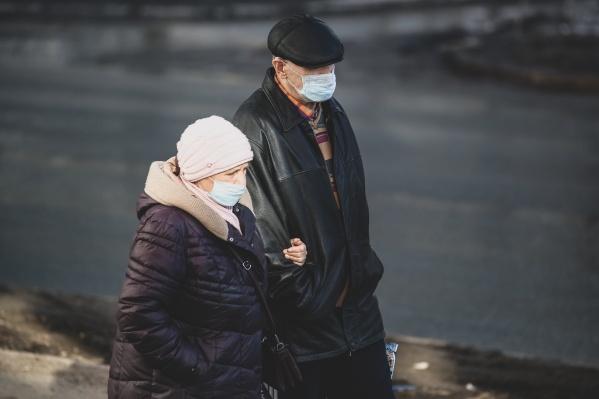 Из-за коронавируса поликлиники меряют пациентам температуру на входе, не все из них готовы пропускать тех, у кого она повышена, дальше