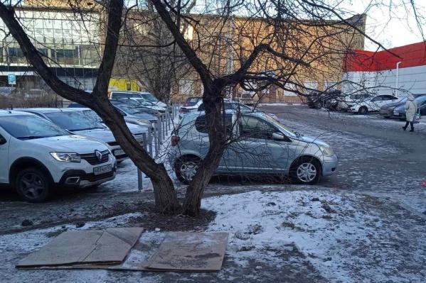 В этом дворе 4 декабря водитель пытался скрыться от полицейских
