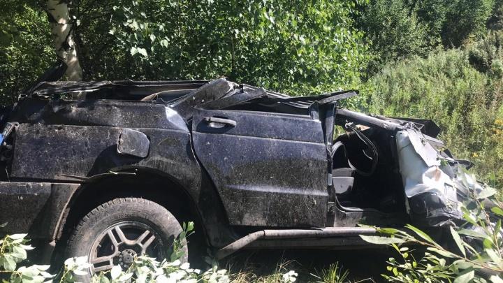 В Кузбассе внедорожник слетел с дороги. Водителя выкинуло из салона, он погиб