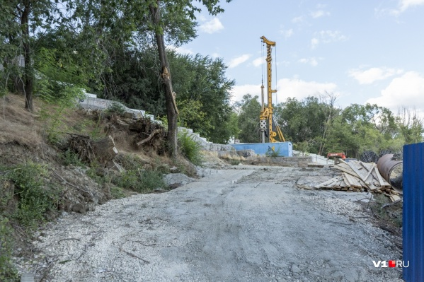 Каждая опора будет покоиться на нескольких бетонных сваях