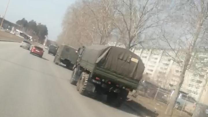 По Екатеринбургу проехали десятки военных машин. Рассказываем, что происходит