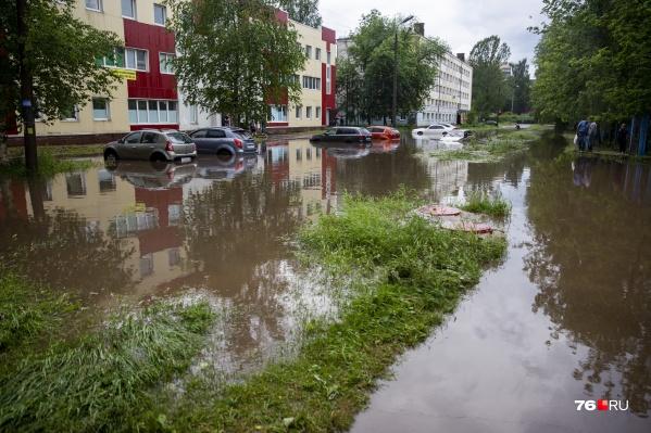 Некоторые улицы Ярославля затопило так сильно, что кажется— к домам можно добраться только на лодке