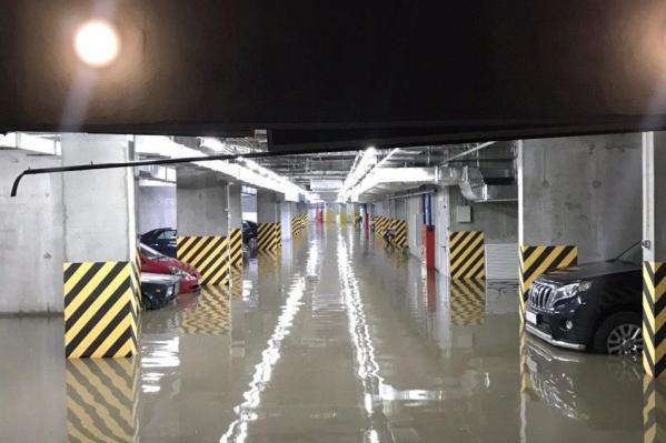 Подземную парковку затопило на Кошурникова