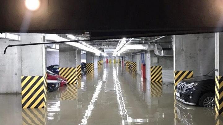 Рассматриваем, какие неприятности доставил мощный ливень — у кого-то затопило подземную парковку