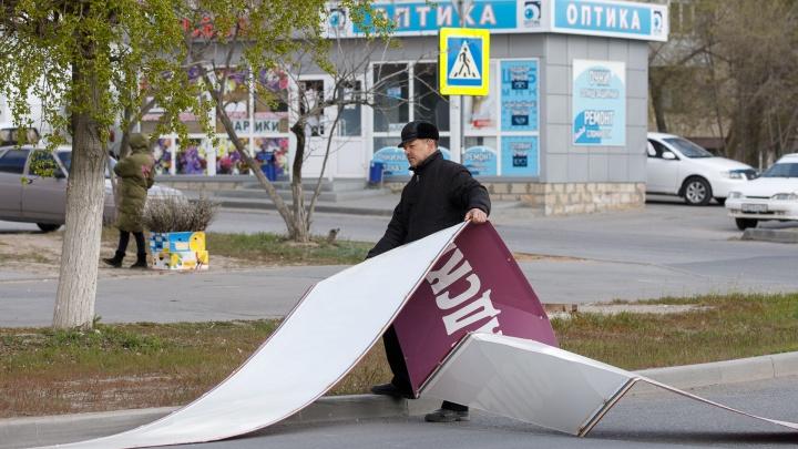«Улетают заборы и рекламные баннеры»: в Волгоградской области скорость ветра поднимается до 23 м/с