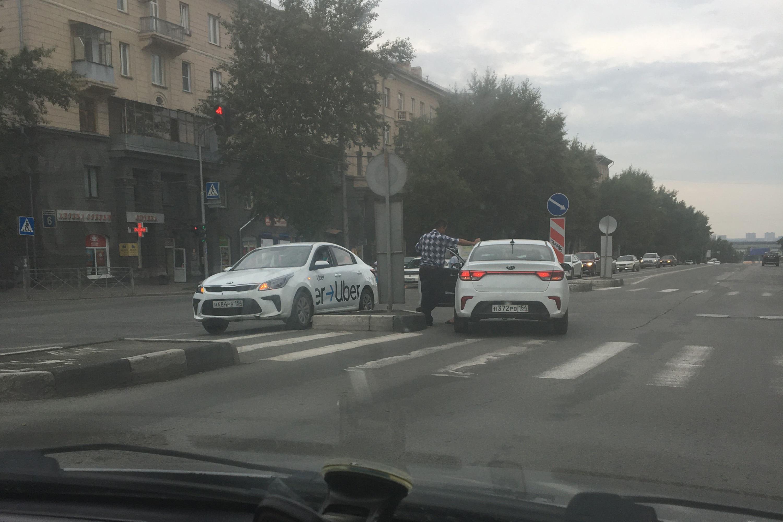 Таксисты посреди дороги