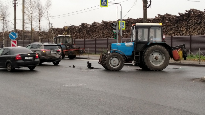 В Архангельске на Ленинградском проспекте образовалась пробка из-за ДТП с трактором