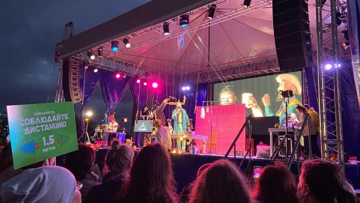 Искусство эпохи пандемии: как открывали фестиваль уличных театров в Архангельске — видео