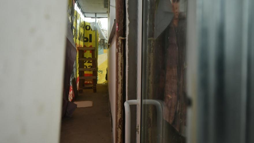 «Это вандализм»: на Уралмаше столовая без разрешения вырезала дверь в памятнике конструктивизма
