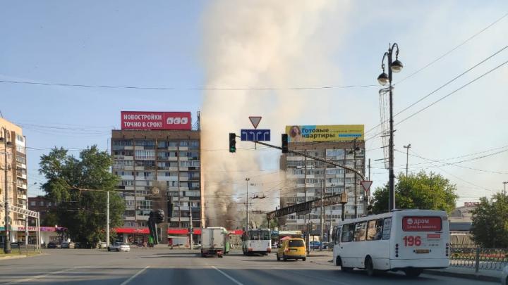 Эвакуировали 40 человек. У железнодорожного вокзала утром загорелась «Пятерочка»