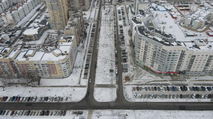 Улицу в Краснолесье сделали односторонней, но водители продолжают ездить по-старому: видео сверху