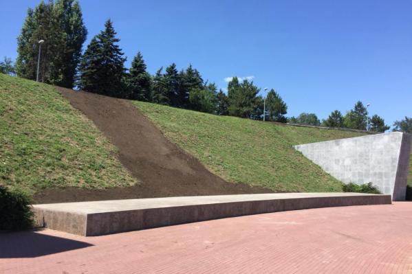 Из склона мемориала вымыло 80 кубов земли