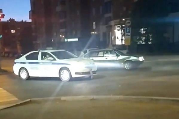 «Девятка» пыталась уехать от полиции, но столкнулась с ней