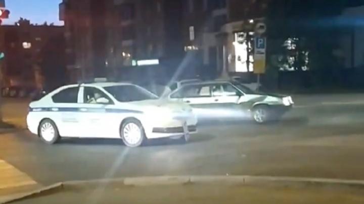В центре Перми инспекторы ДПС устроили погоню со стрельбой за нарушителем на «девятке». Видео