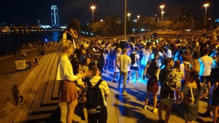Организаторов массовой вечеринки на площади у Театра драмы пригласили в полицию