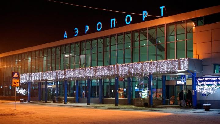 Для мужчины, который прочитал рэп полицейскому в омском аэропорту, вызвали скорую помощь