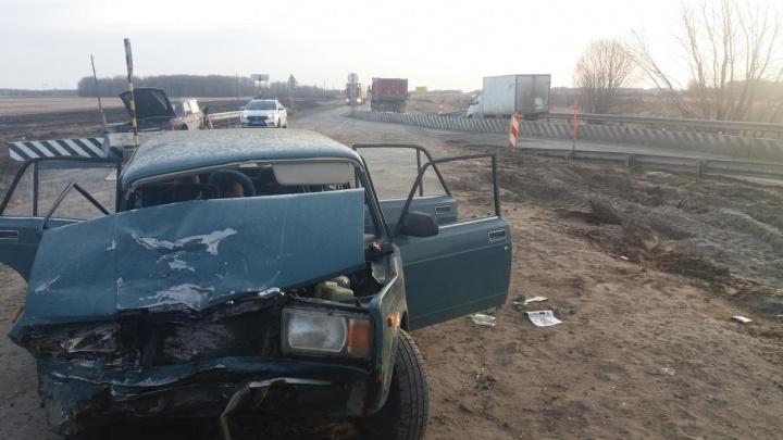 Пьяный тюменец без прав врезался в стоящую машину на трассе