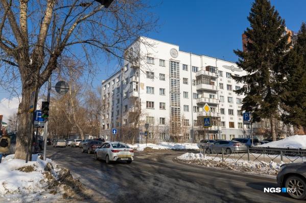 Декор для дома создал Борис Гордеев — главный архитектор новосибирского театра оперы и балета, соавтор главного железнодорожного вокзала Новосибирска и «Дома под часами»