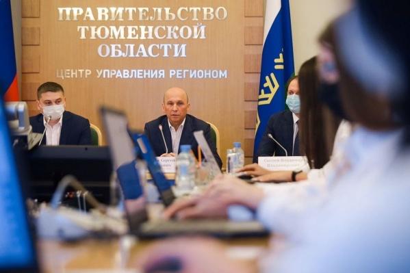 На снимке — вице-губернатор Сергей Сарычев (в центре)