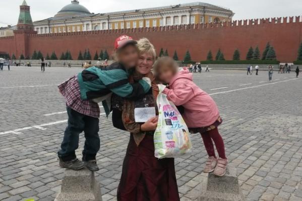 Елена Важенина оставила ребёнка в машине около банка, а забрала малыша из автомобиля больше чем через час и уже на штрафстоянке