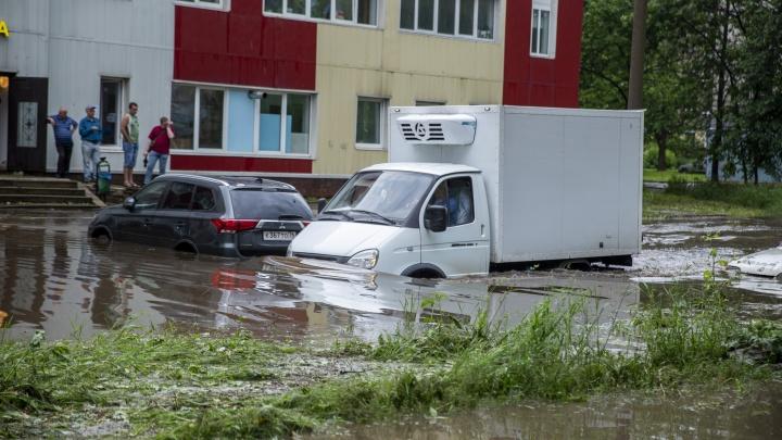 «Вода тёплая, нормальная!» В Ярославле дороги затопило вместе с машинами. Фото и видео